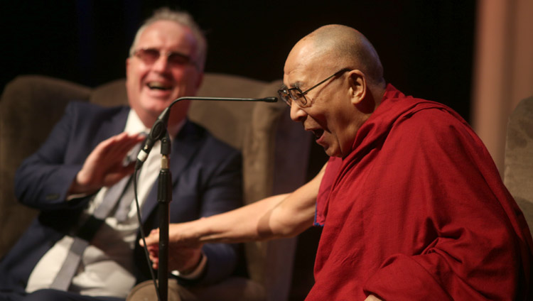 Seine Heiligkeit der Dalai Lama und Richard Moore während eines heiteren Momentes im Millennial Forum, in Derry, Nordirland, UK, am 10. September 2017. Foto: Lorcan Doherty