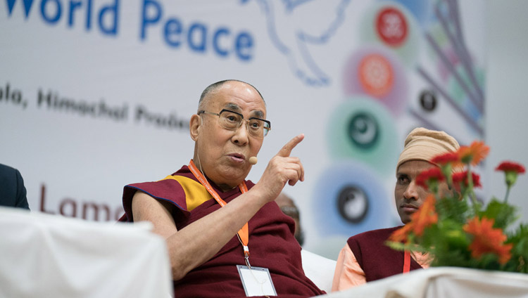 Seine Heiligkeit der Dalai Lama spricht auf der Konferenz über Wissenschaft, Spiritualität und Weltfrieden am Government Degree College in Dharamsala, HP, Indien, am 4. November 2017. Foto: Tenzin Choejor