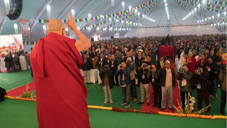 Seine Heiligkeit der Dalai Lama grüsst die Teilnehmer bei der Ankunft an der Konferenz über den Geist am Central Institute of Higher Tibetan Studies in Sarnath, Varanasi, Indien am 30. Dezember 2017. Foto: Lobsang Tsering