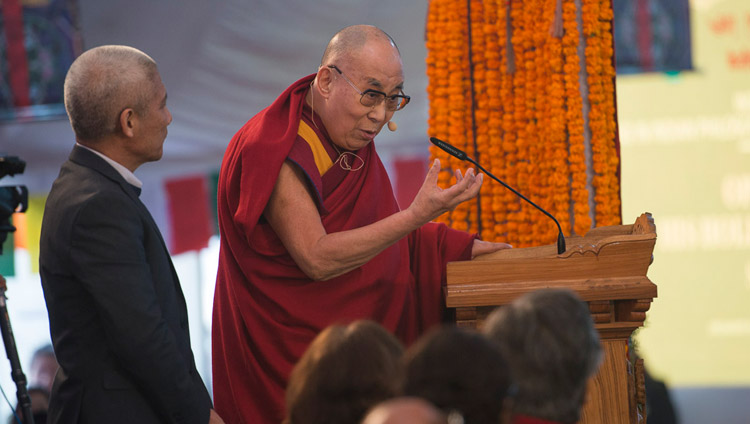 Seine Heiligkeit der Dalai Lama spricht während der Eröffnungssitzung an der Konferenz über den Geist am Central Institute of Higher Tibetan Studies in Sarnath, Varanasi, Indien am 30. Dezember 2017. Foto: Lobsang Tsering