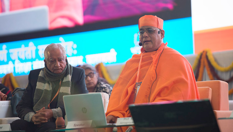 Swami Atmapriyananda, Vize-Kanzler der Ramakrishna Mission Vivekananda Educational and Research Institute, sprich an der Konferenz über den Geist am Central Institute of Higher Tibetan Studies in Sarnath, Varanasi, Indien am 30. Dezember 2017. Foto: Lobsang Tsering