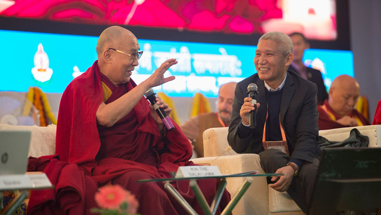 Seine Heiligkeit der Dalai Lama kommentiert die Präsentationen während der Konferenz über den Geist am Central Institute of Higher Tibetan Studies in Sarnath, Varanasi, Indien am 30. Dezember 2017. Foto: Lobsang Tsering