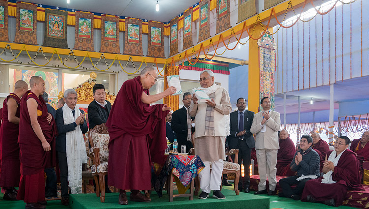 Seine Heiligkeit der Dalai Lama und Bihars Ministerpräsident Nitish Kumar veröffentlichen 'Science and Philosophy in the Indian Buddhist Classics, Vol. 1: The Physical World' in Bodhgaya, Bihar, Indien am 7. Januar 2018. Foto: Lobsang Tsering