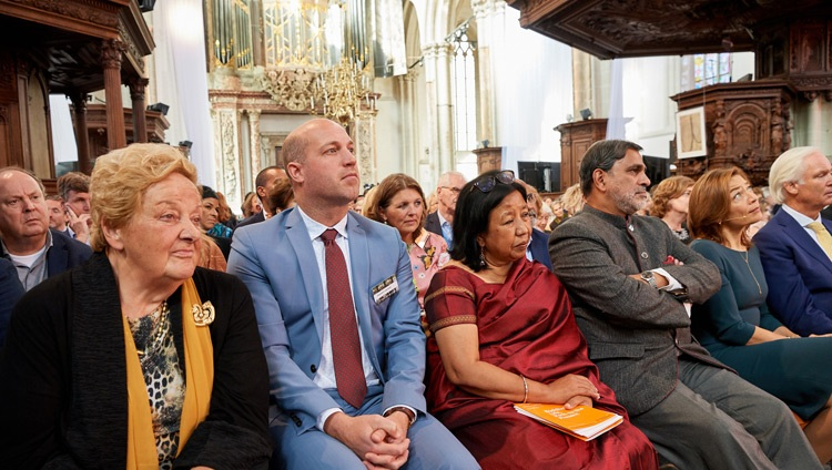 Das Publikum verfolgt den Dialog 'Robotik und Telepräsenz' mit Seiner Heiligkeit dem Dalai Lama in der Nieuwe Kerk in Amsterdam, Holland am 15. September 2018. Foto: Olivier Adam