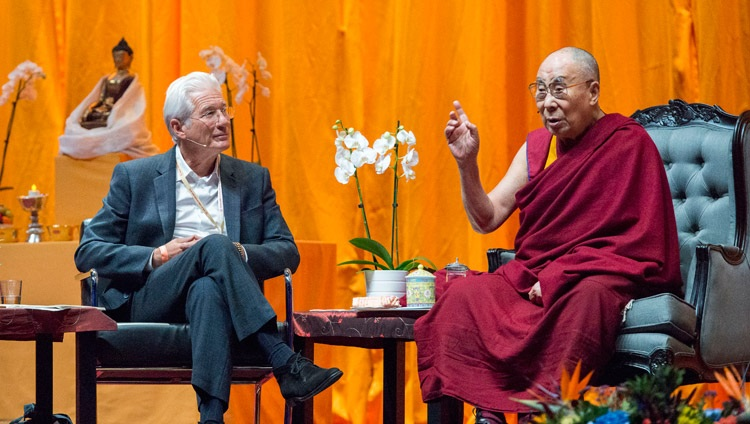 Richard Gere, Vorsitzender der International Campaign for Tibet, im Gespräch mit Seiner Heiligkeit dem Dalai Lama im Ahoy Convention Center in Rotterdam, Niederlande am 16. September 2018. Foto: Jurjen Donkers
