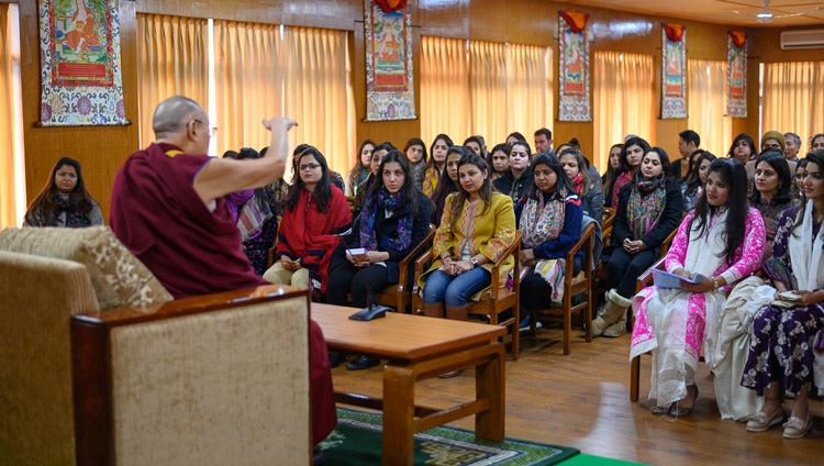 Seine Heiligkeit der Dalai Lama im Gespräch mit einer Delegation der Young FICCI Ladies Organisation. In Dharamsala, HP, Indien am 18. Februar 2019. Foto: Tenzin Choejor